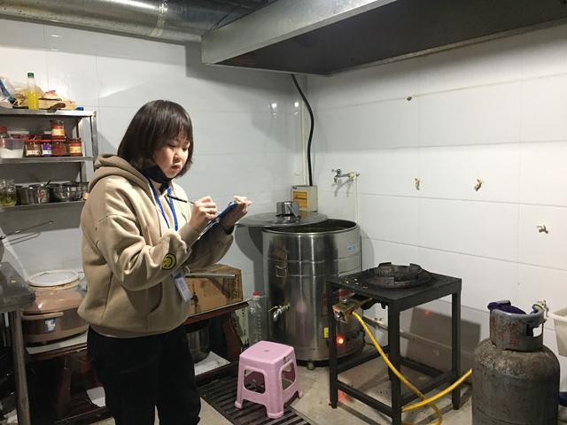 渭滨街道柳仓路社区积极开展餐饮门店油烟油水专项整治行动